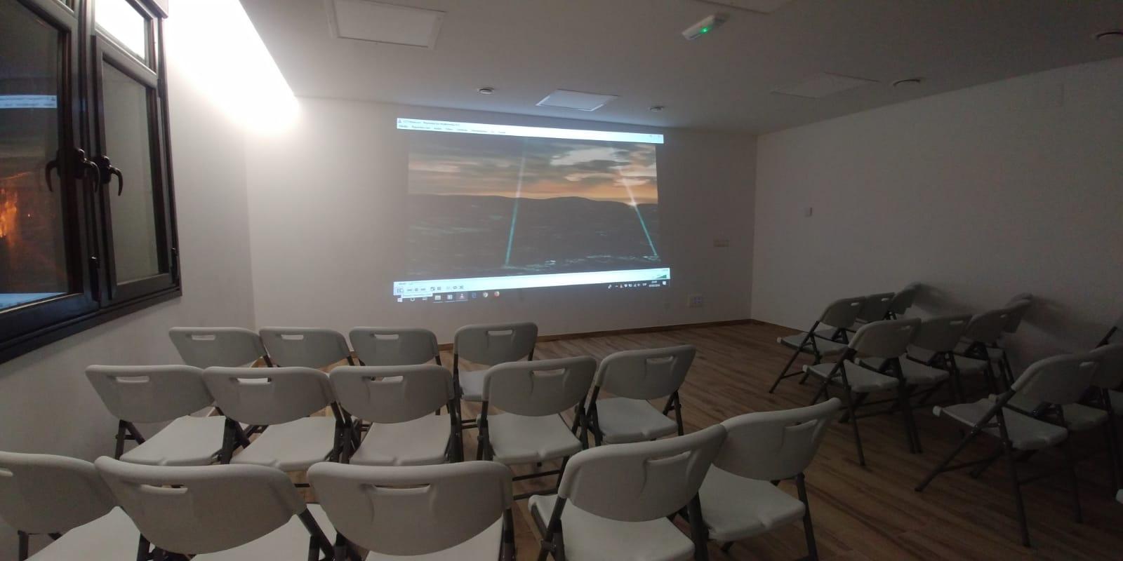 Cursos y formación - Aula polivalente La Antigua Escuela del Bierzo - Cine y presentaciones con proyector
