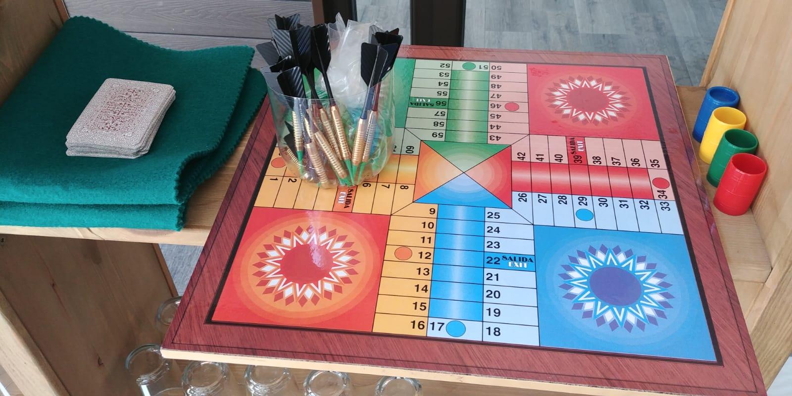 Parchís, dardos, barajas, juegos La Antigua Escuela de El Bierzo