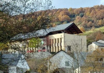 La Antigua Escuela del Bierzo vista desde el pueblo lugares con encanto Alojamiento Restaurante