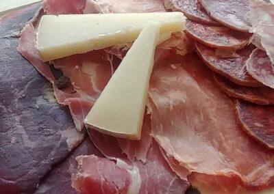 Restaurante Antigua Escuela del Bierzo Tabla de embutido y queso