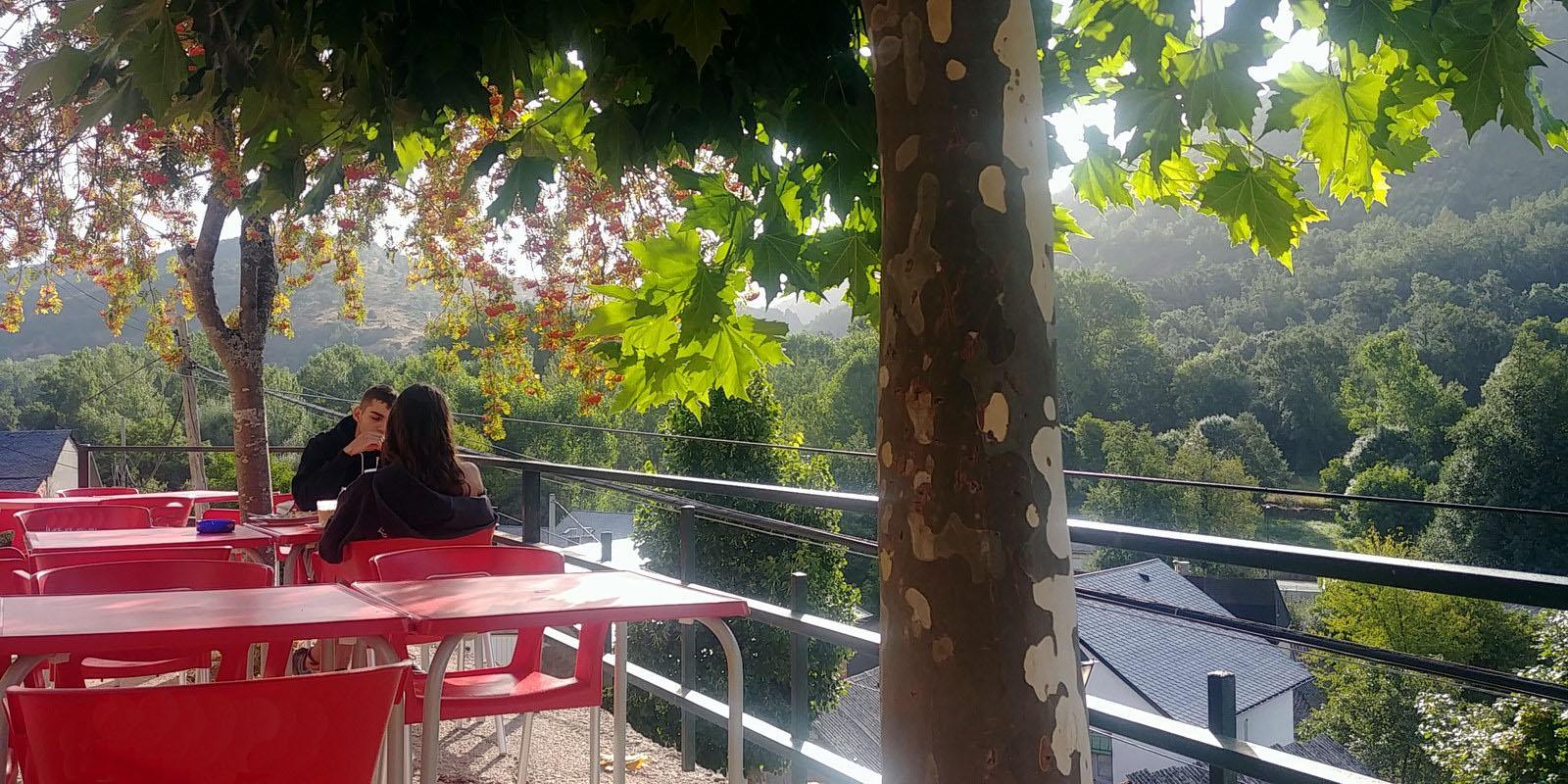 Alojamiento en El Bierzo Terraza de verano | La Antigua Escuela
