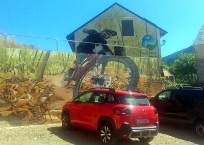 Parking decorado en la Antigua Escuela del Bierzo- ruta de los grafitis en el Bierzo