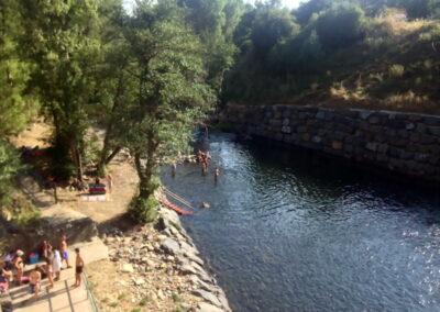 Folgoso de la Ribera | presa zona de baño con niños en El Bierzo