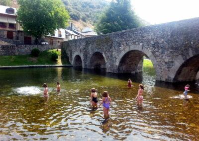 Molinaseca | zona de baño con niños en El Bierzo