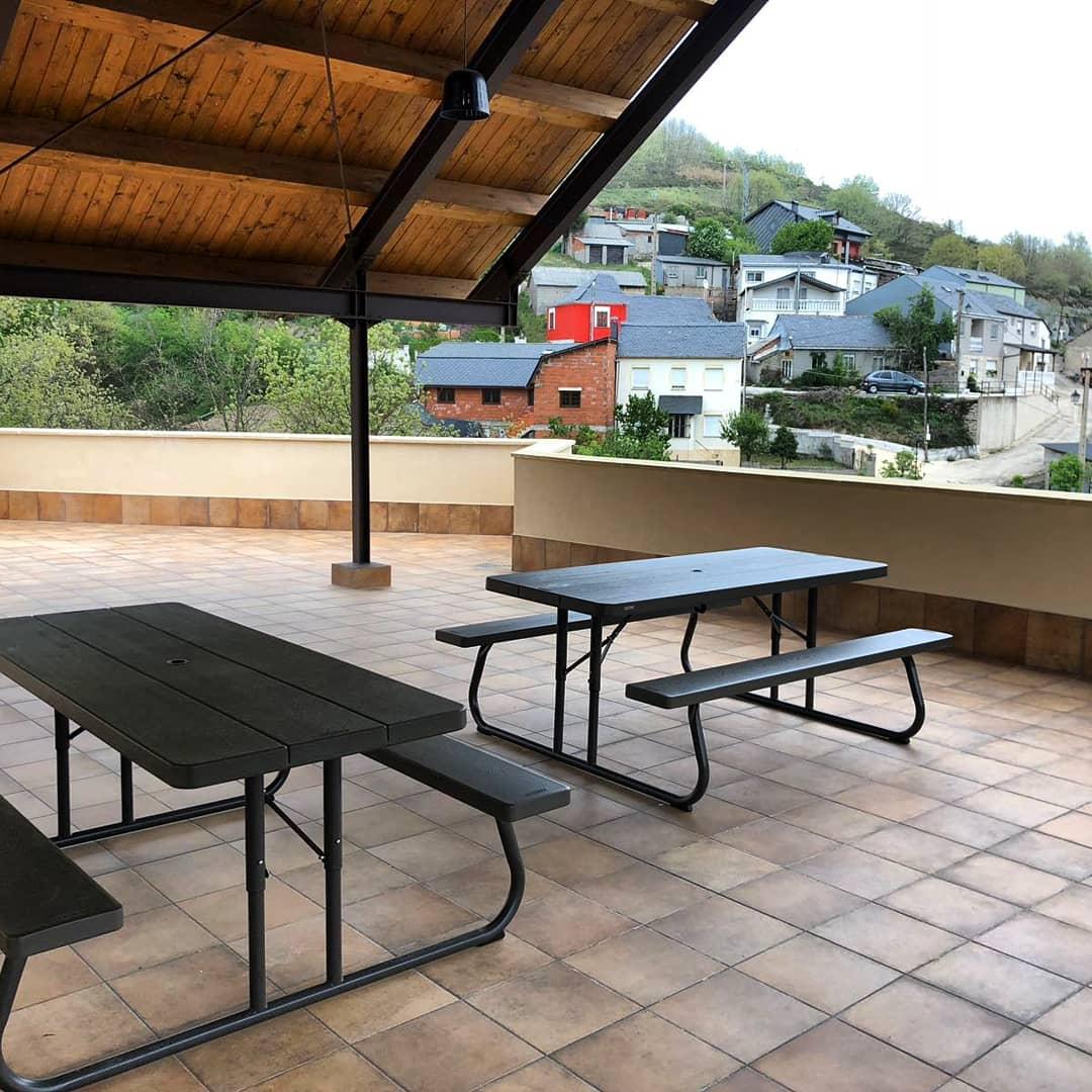 Bar terraza de verano | Antigua Escuela del Bierzo | Amplia azotea con vistas al monte