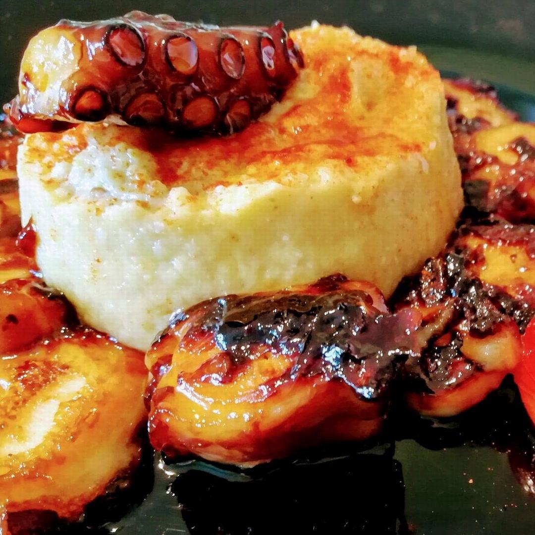 Restaurante y terraza de verano | Antigua Escuela del Bierzo | Pulpumus pulpo a la brasa con hummus