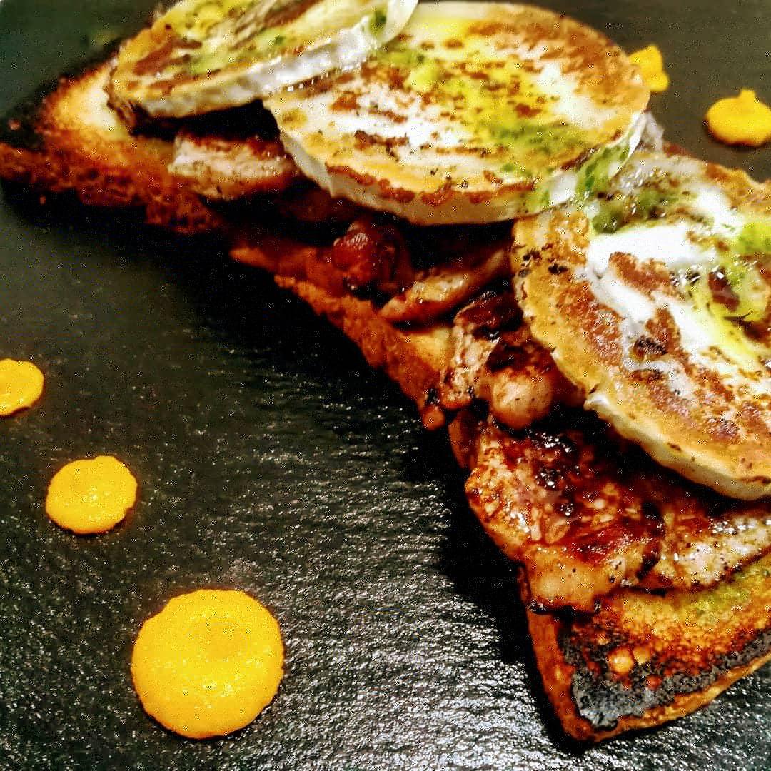 Restaurante y terraza de verano | Antigua Escuela del Bierzo | Tosta de solomillo con queso brie