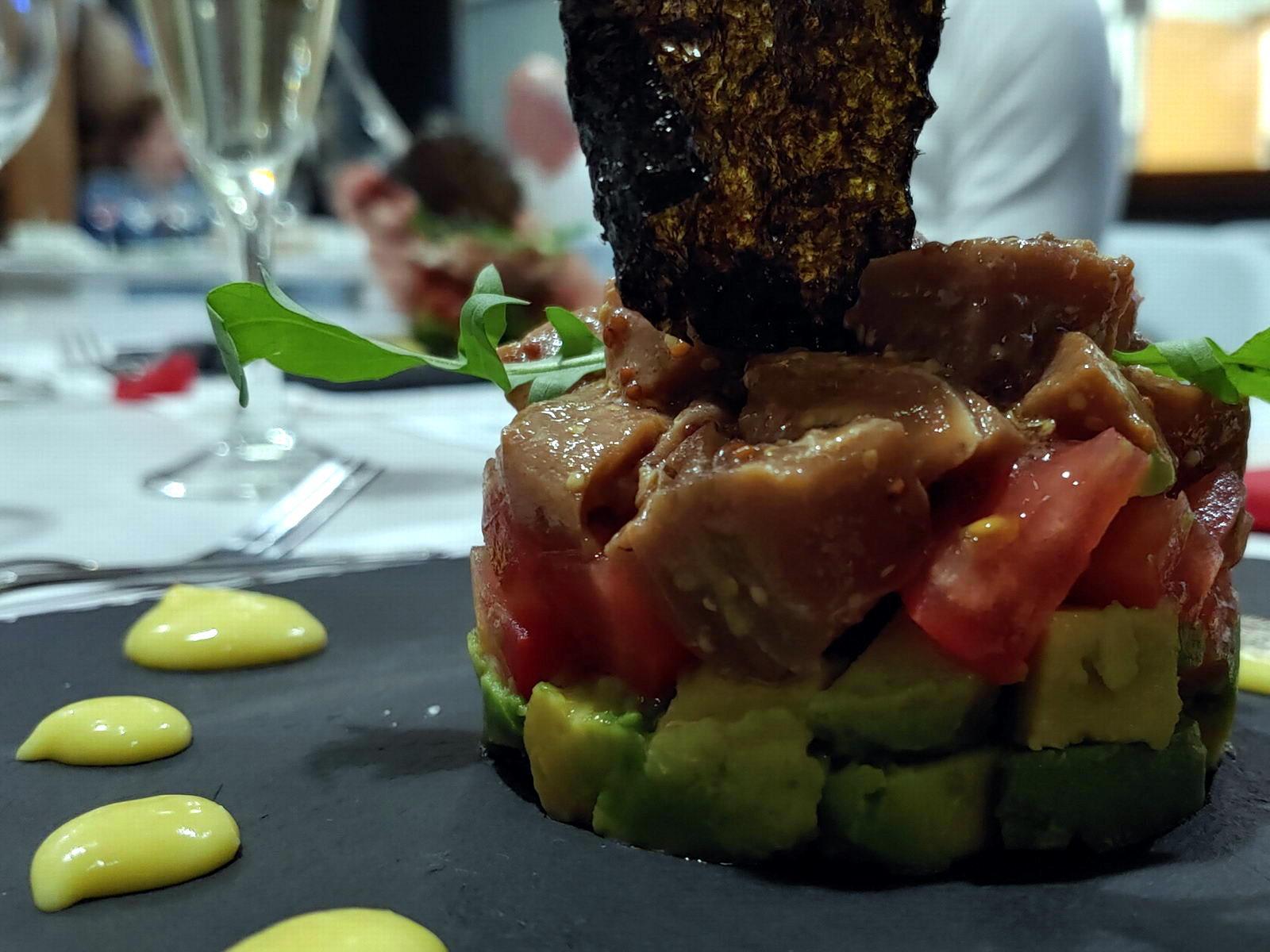 Tartar de atún sobre aguacate en el Restaurante Antigua Escuela del Bierzo